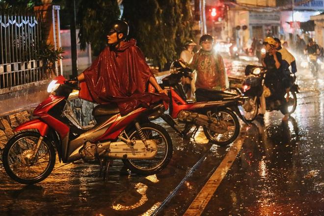 Người Sài Gòn vật lộn với đường ngập lút bánh xe, nước chảy cuồn cuộn như thác trong đêm mưa lớn - Ảnh 12.