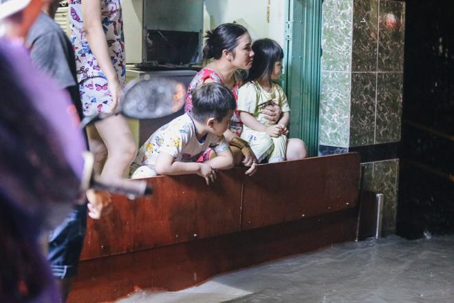 Người Sài Gòn vật lộn với đường ngập lút bánh xe, nước chảy cuồn cuộn như thác trong đêm mưa lớn - Ảnh 13.