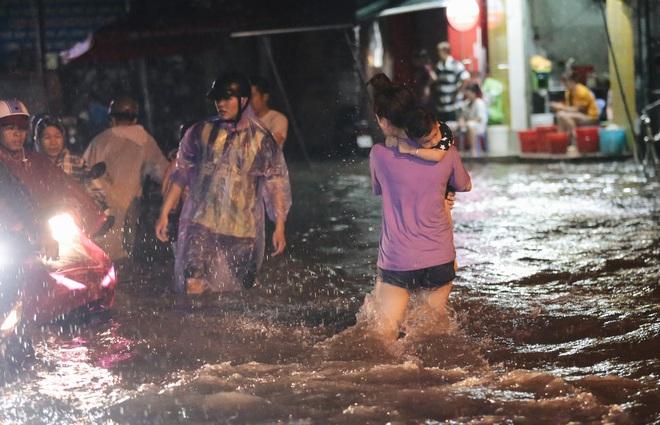 Người Sài Gòn vật lộn với đường ngập lút bánh xe, nước chảy cuồn cuộn như thác trong đêm mưa lớn - Ảnh 8.