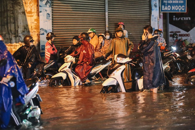 Người Sài Gòn vật lộn với đường ngập lút bánh xe, nước chảy cuồn cuộn như thác trong đêm mưa lớn - Ảnh 11.