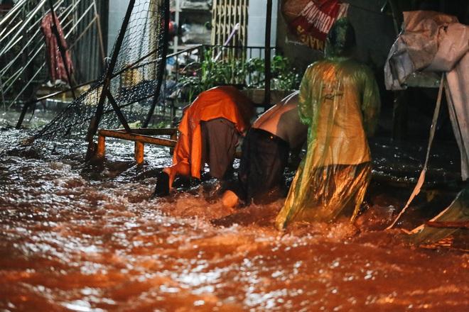 Người Sài Gòn vật lộn với đường ngập lút bánh xe, nước chảy cuồn cuộn như thác trong đêm mưa lớn - Ảnh 10.