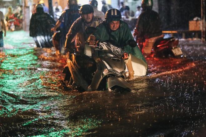 Người Sài Gòn vật lộn với đường ngập lút bánh xe, nước chảy cuồn cuộn như thác trong đêm mưa lớn - Ảnh 5.