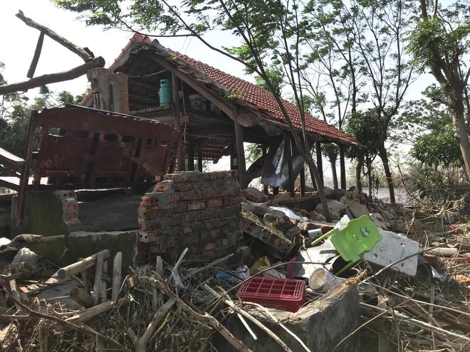 Ảnh: Nước lũ cuốn trôi nhiều căn nhà, người dân Quảng Bình cố tìm kiếm chút tài sản còn sót lại trong vô vọng - Ảnh 4.