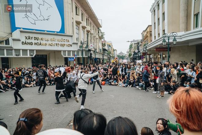 Ảnh: Trời se lạnh tuyệt đẹp trong ngày cuối tuần, người Hà Nội đổ xô lên phố đi bộ vui chơi - Ảnh 1.