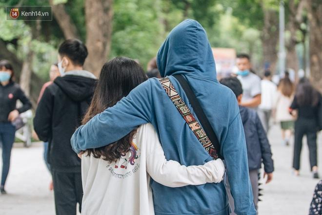 Ảnh: Trời se lạnh tuyệt đẹp trong ngày cuối tuần, người Hà Nội đổ xô lên phố đi bộ vui chơi - Ảnh 7.