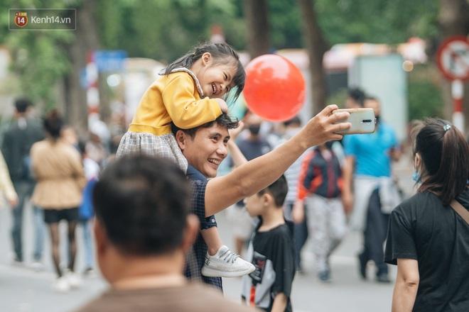 Ảnh: Trời se lạnh tuyệt đẹp trong ngày cuối tuần, người Hà Nội đổ xô lên phố đi bộ vui chơi - Ảnh 4.