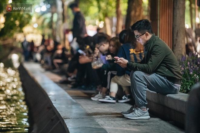 Ảnh: Trời se lạnh tuyệt đẹp trong ngày cuối tuần, người Hà Nội đổ xô lên phố đi bộ vui chơi - Ảnh 18.