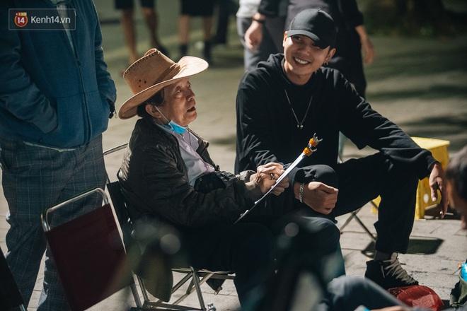 Ảnh: Trời se lạnh tuyệt đẹp trong ngày cuối tuần, người Hà Nội đổ xô lên phố đi bộ vui chơi - Ảnh 14.