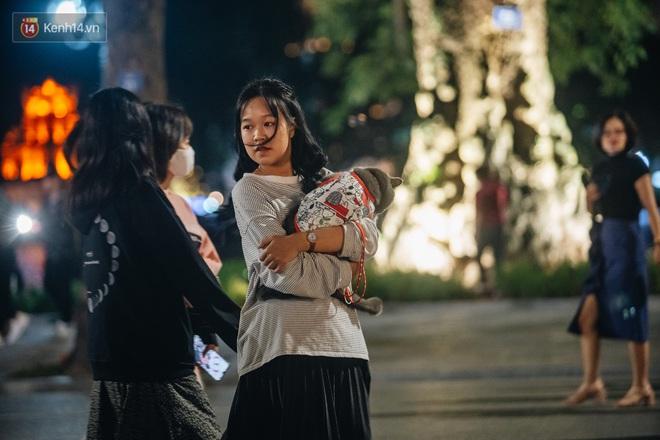 Ảnh: Trời se lạnh tuyệt đẹp trong ngày cuối tuần, người Hà Nội đổ xô lên phố đi bộ vui chơi - Ảnh 16.