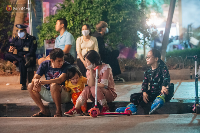 Ảnh: Trời se lạnh tuyệt đẹp trong ngày cuối tuần, người Hà Nội đổ xô lên phố đi bộ vui chơi - Ảnh 20.