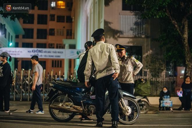 Ảnh: Trời se lạnh tuyệt đẹp trong ngày cuối tuần, người Hà Nội đổ xô lên phố đi bộ vui chơi - Ảnh 17.