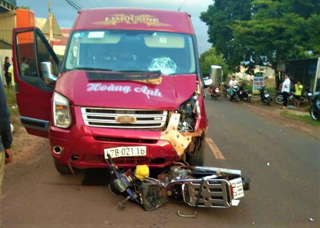 Xe máy đấu đầu ô tô khách, người đàn ông tử vong thương tâm - Ảnh 1.