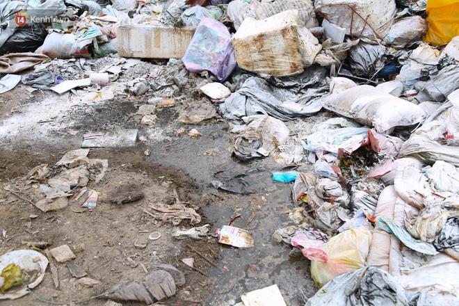 Ảnh, clip: Người Hà Nội lại ngộp thở vì rác thải chất thành đống, công nhân môi trường phải rắc vôi trắng để tạm xử lý mùi hôi - Ảnh 7.