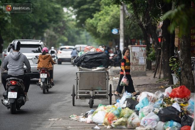 Ảnh, clip: Người Hà Nội lại ngộp thở vì rác thải chất thành đống, công nhân môi trường phải rắc vôi trắng để tạm xử lý mùi hôi - Ảnh 9.