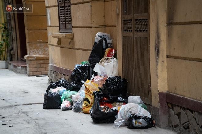 Ảnh, clip: Người Hà Nội lại ngộp thở vì rác thải chất thành đống, công nhân môi trường phải rắc vôi trắng để tạm xử lý mùi hôi - Ảnh 11.
