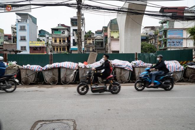 Ảnh, clip: Người Hà Nội lại ngộp thở vì rác thải chất thành đống, công nhân môi trường phải rắc vôi trắng để tạm xử lý mùi hôi - Ảnh 19.