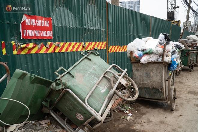 Ảnh, clip: Người Hà Nội lại ngộp thở vì rác thải chất thành đống, công nhân môi trường phải rắc vôi trắng để tạm xử lý mùi hôi - Ảnh 17.