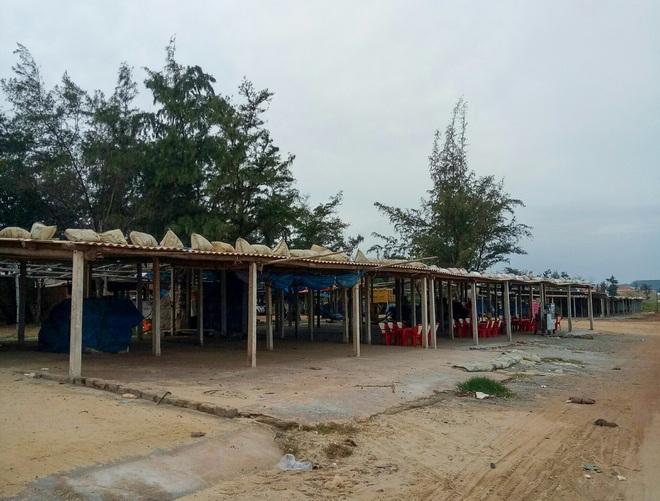 Ngư dân Bình Định tấp nập gia cố tàu thuyền tránh bão số 9 đang vào bờ - Ảnh 10.