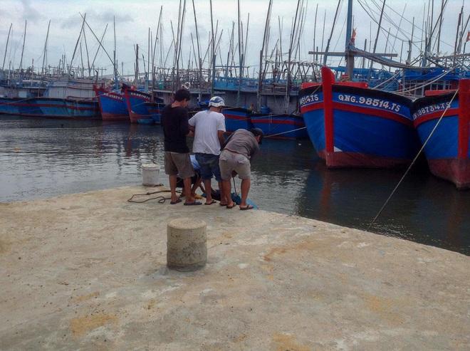 Ngư dân Bình Định tấp nập gia cố tàu thuyền tránh bão số 9 đang vào bờ - Ảnh 8.
