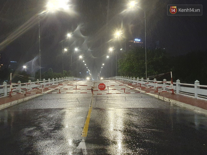 Bão số 9 đang tiến sát đất liền: Gió rít liên hồi, mưa to ở Lý Sơn, nhiều nhà dân bị tốc mái - Ảnh 1.
