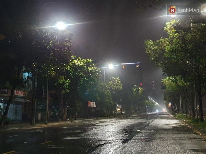 Bão số 9 đang tiến sát đất liền: Gió rít liên hồi, mưa to ở Lý Sơn, nhiều nhà dân bị tốc mái - Ảnh 2.