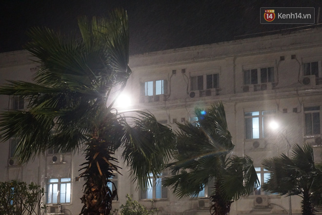 Bão số 9 đang tiến sát đất liền: Gió rít liên hồi, mưa to ở Lý Sơn, nhiều nhà dân bị tốc mái - Ảnh 4.