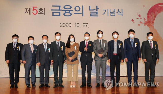 Nam thần Yunho (DBSK) nhận bằng khen từ Tổng thống, minh tinh Go So Young lộ diện sau bê bối săn gái của Jang Dong Gun - Ảnh 9.