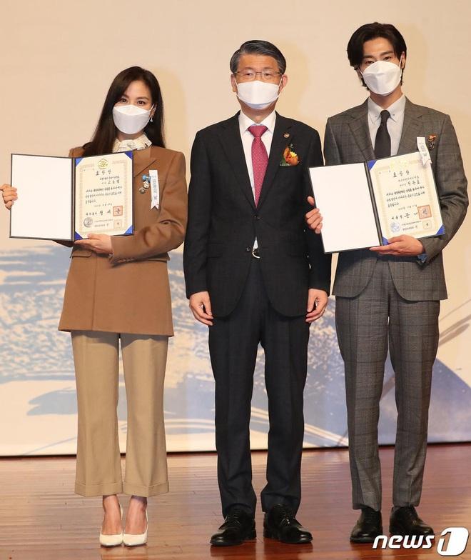 Nam thần Yunho (DBSK) nhận bằng khen từ Tổng thống, minh tinh Go So Young lộ diện sau bê bối săn gái của Jang Dong Gun - Ảnh 4.
