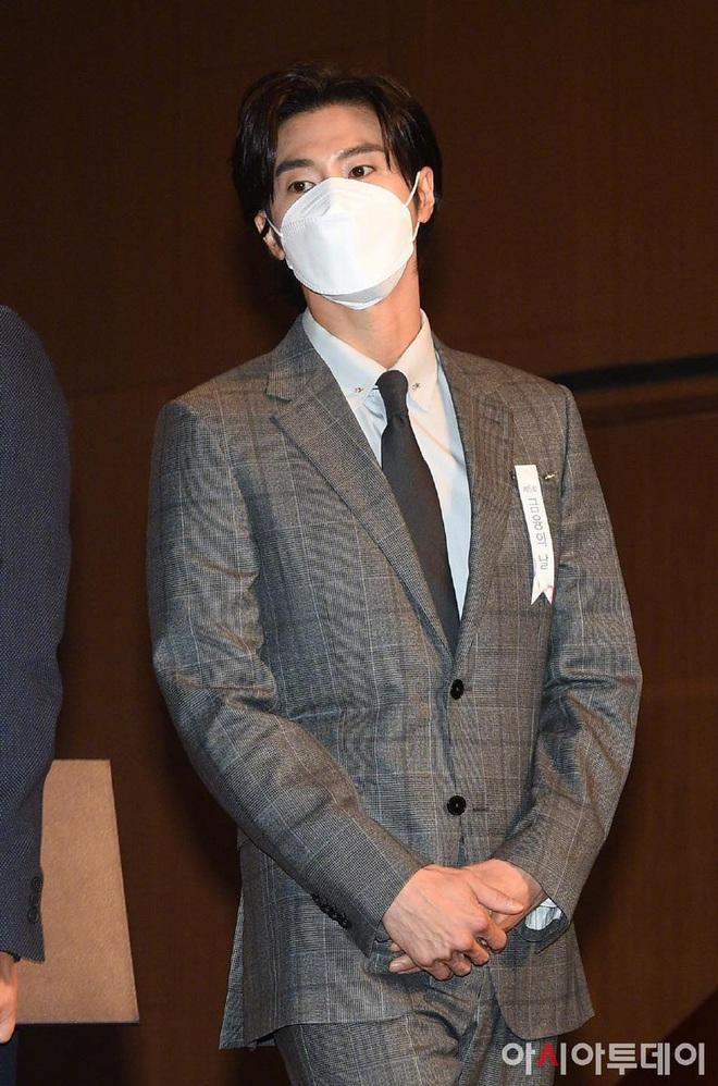 Nam thần Yunho (DBSK) nhận bằng khen từ Tổng thống, minh tinh Go So Young lộ diện sau bê bối săn gái của Jang Dong Gun - Ảnh 5.