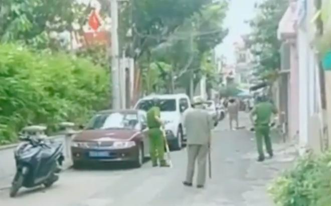 Người đàn ông bị tâm thần cầm dao chặt chém nhiều xe ô tô ở Sài Gòn - Ảnh 1.