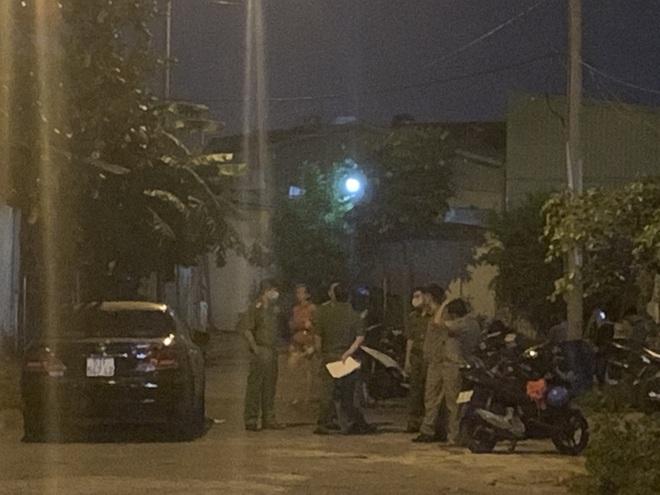 Bắt tạm giam người em sát hại chị ruột cố thủ trong nhà ở vùng ven Sài Gòn - Ảnh 1.