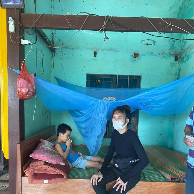 Vợ chồng Lý Hải - Minh Hà đồng hành đến cứu trợ miền Trung, chia sẻ từng muốn cãi nhau vì chuyện tặng tiền cho bà con - Ảnh 4.