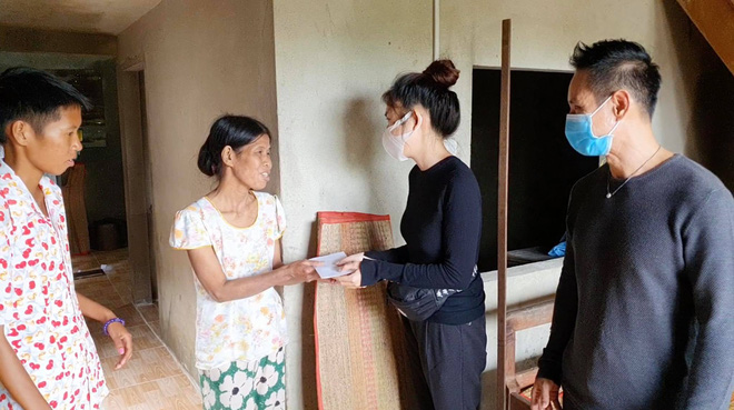 Vợ chồng Lý Hải - Minh Hà đồng hành đến cứu trợ miền Trung, chia sẻ từng muốn cãi nhau vì chuyện tặng tiền cho bà con - Ảnh 10.