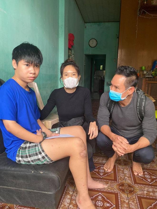 Vợ chồng Lý Hải - Minh Hà đồng hành đến cứu trợ miền Trung, chia sẻ từng muốn cãi nhau vì chuyện tặng tiền cho bà con - Ảnh 3.