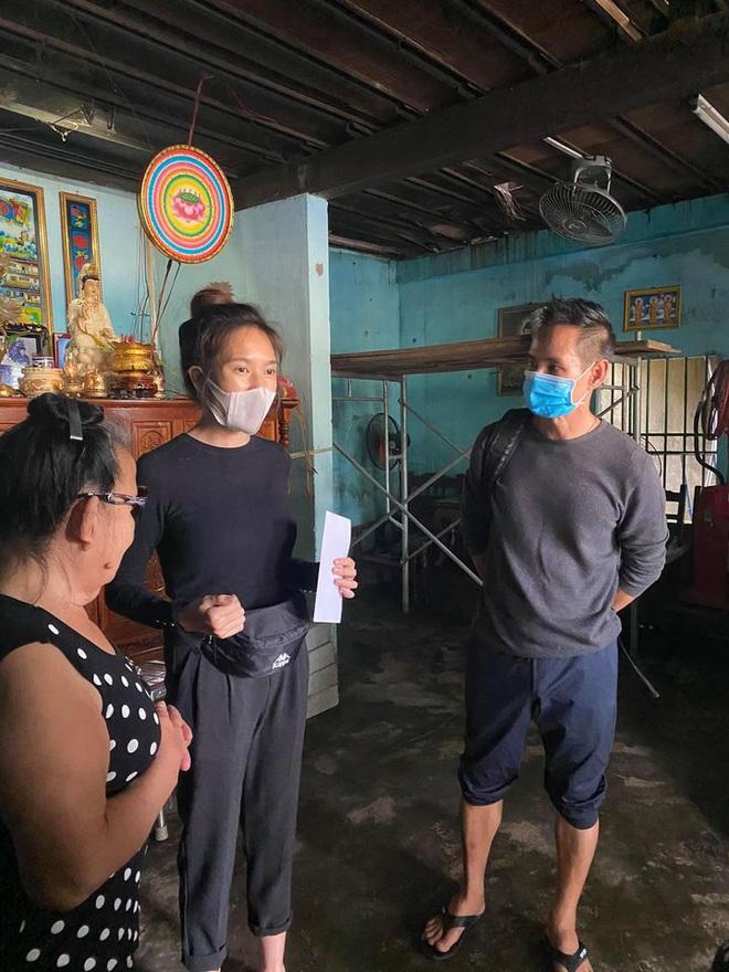 Vợ chồng Lý Hải - Minh Hà đồng hành đến cứu trợ miền Trung, chia sẻ từng muốn cãi nhau vì chuyện tặng tiền cho bà con - Ảnh 6.
