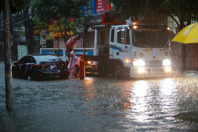 Mưa lớn do hoàn lưu bão số 9, TP. Vinh ngập sâu, hàng loạt xe chết máy - Ảnh 1.
