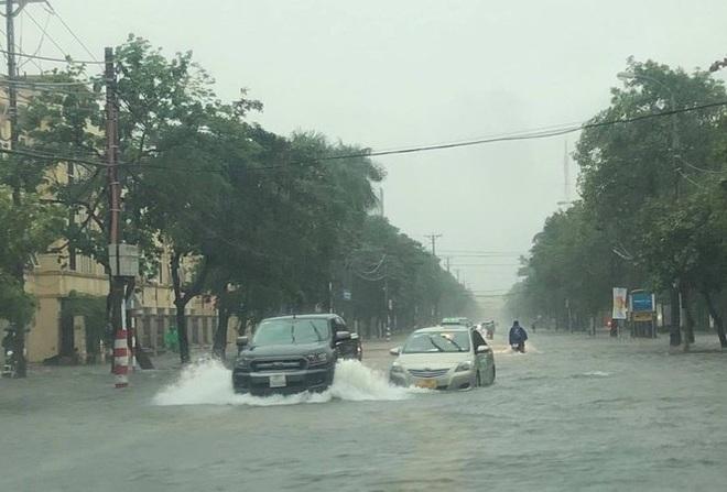 Mưa lớn do hoàn lưu bão số 9, TP. Vinh ngập sâu, hàng loạt xe chết máy - Ảnh 2.