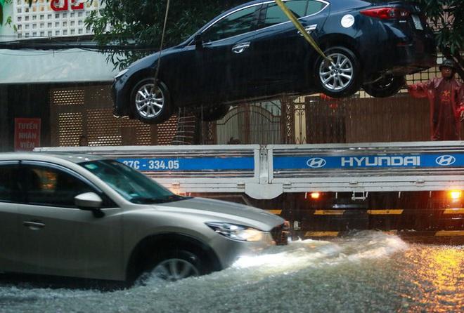 Mưa lớn do hoàn lưu bão số 9, TP. Vinh ngập sâu, hàng loạt xe chết máy - Ảnh 3.
