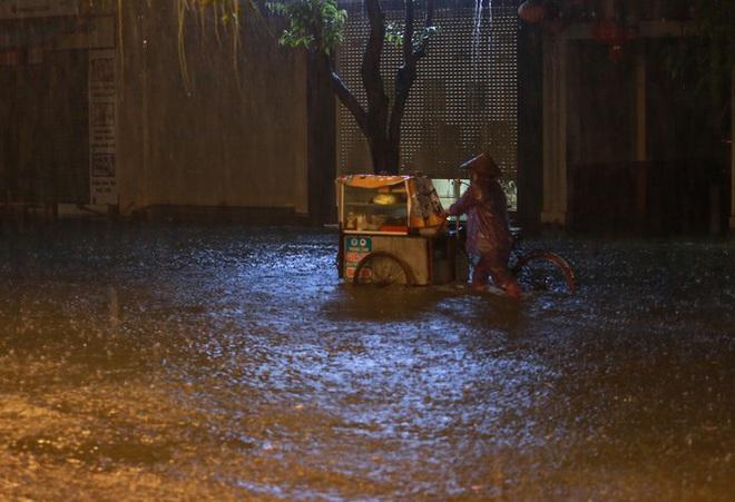Mưa lớn do hoàn lưu bão số 9, TP. Vinh ngập sâu, hàng loạt xe chết máy - Ảnh 4.