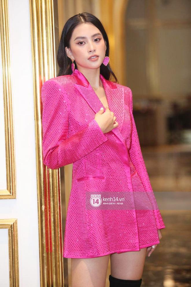 Họp báo Bán kết Hoa hậu Việt Nam 2020: Tiểu Vy đọ sắc với cả dàn hậu, Thuỵ Vân đeo nhẫn kim cương nổi bần bật - Ảnh 2.