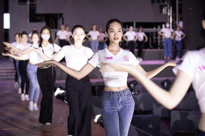 Trước giờ G đêm thi Người đẹp thời trang (HHVN 2020): Tiểu Vy và dàn Hoa hậu khoe nhan sắc thật, hé lộ sân khấu 40m quá hoành tráng! - Ảnh 7.