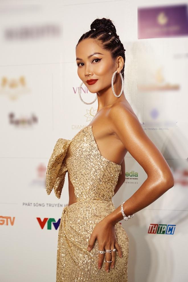 """Quân đoàn"""" Hoa hậu Á hậu đọ dáng nóng hừng hực tại sự kiện: H'Hen Niê quá ấn tượng, Tường Linh - Võ Hoàng Yến sexy không kém - Ảnh 2."""
