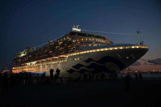 Thảm cảnh của 1035 thủy thủ trên du thuyền Princess Diamond bị phong tỏa: Ăn uống và dùng nhà vệ sinh chung, nguy cơ nhiễm virus cao - Ảnh 1.
