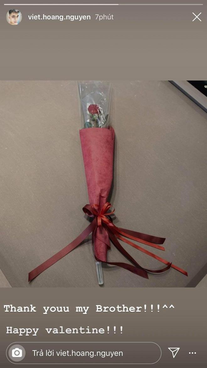 Việt Hoàng khoe hoa hồng ngày Valentine: Tính xắn tay áo tìm info gái nào bạo gan nhìn lại hoá ra là Sơn Tùng, thôi vậy! - ảnh 1