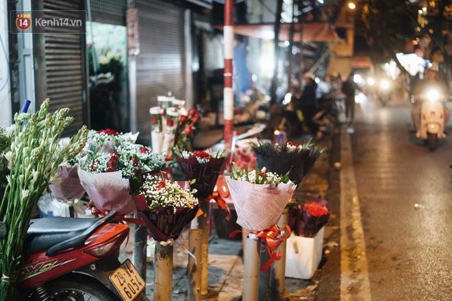 Valentine giữa mùa dịch, hàng hoa sinh viên vắng hẳn, có bán cũng lác đác người mua - ảnh 12