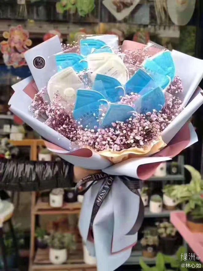 Quà Valentine hot nhất Cbiz hôm nay: Lâm Tâm Như được Hoắc Kiến Hoa tặng bó hoa khẩu trang phòng chống COVID-19 - ảnh 1