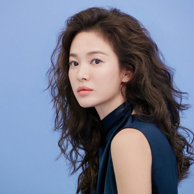 Trời ơi Song Hye Kyo khoe loạt ảnh với mái tóc xù mới toanh, visual thăng cấp 100 lần đỉnh quá rồi! - ảnh 1