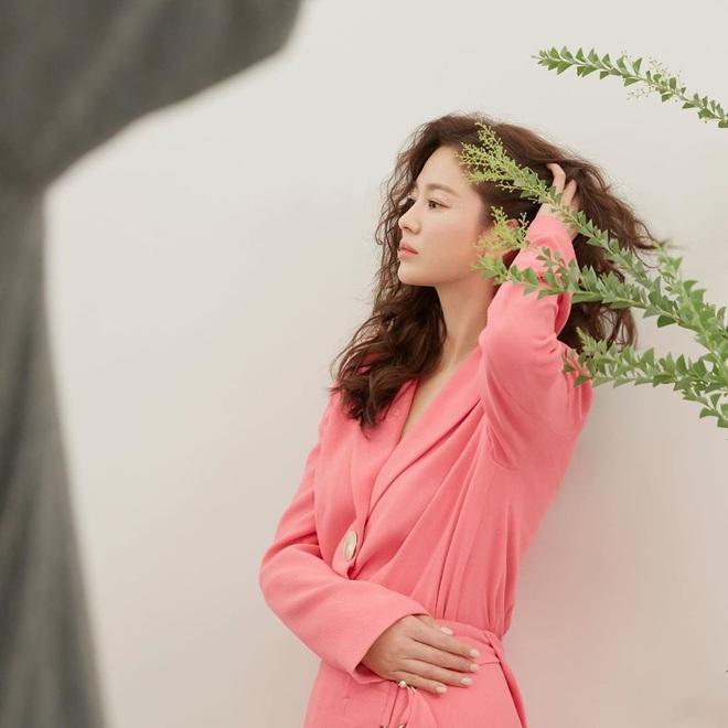 Trời ơi Song Hye Kyo khoe loạt ảnh với mái tóc xù mới toanh, visual thăng cấp 100 lần đỉnh quá rồi! - ảnh 5