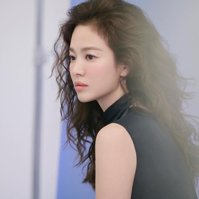 Trời ơi Song Hye Kyo khoe loạt ảnh với mái tóc xù mới toanh, visual thăng cấp 100 lần đỉnh quá rồi! - ảnh 2