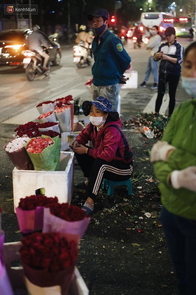 Valentine giữa mùa dịch, hàng hoa sinh viên vắng hẳn, có bán cũng lác đác người mua - ảnh 9